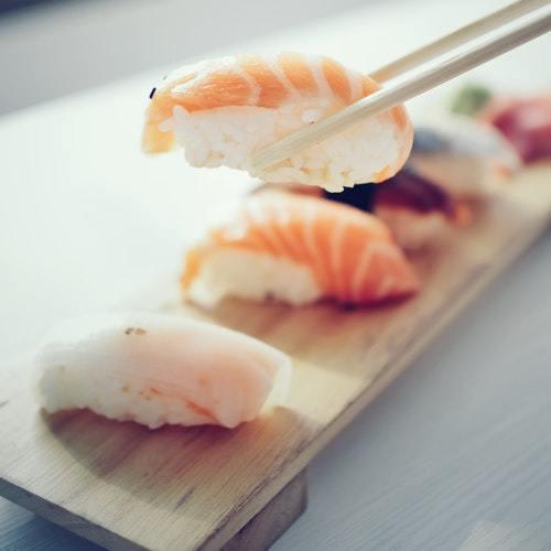 Spis sushi ude i byen